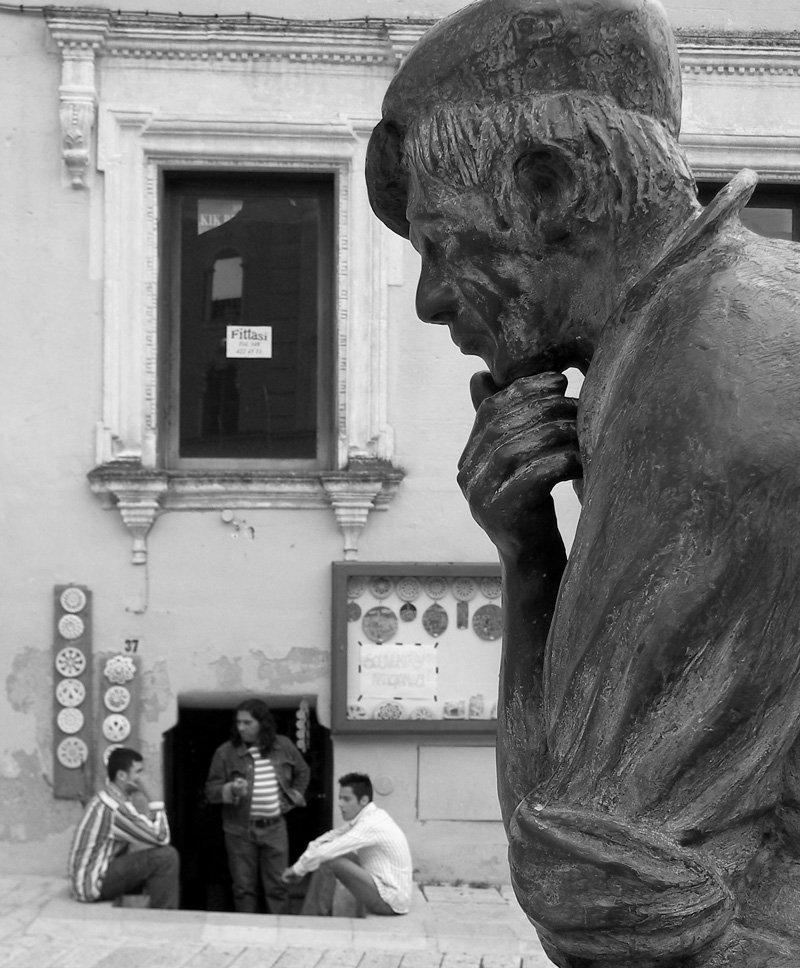 statuenb.jpg
